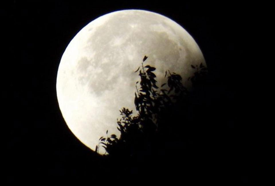 Eclipse lunar e lua cheia em carneiro